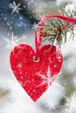 Jouet rouge de coeur avec le flocon de neige sur l'arbre de sapin Image stock