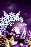 Jouet violet lumineux décoratif de Noël avec un modèle Images libres de droits