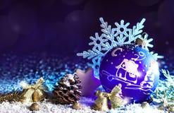 Jouet violet lumineux décoratif de Noël avec un modèle Images stock