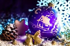 Jouet violet lumineux décoratif de Noël avec un modèle Photographie stock