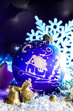 Jouet violet lumineux décoratif de Noël avec un modèle Photo libre de droits