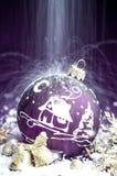 Jouet violet lumineux décoratif de Noël avec un modèle Photos libres de droits