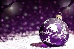 Jouet violet lumineux décoratif de Noël avec un modèle Image libre de droits
