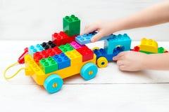 Jouets éducatifs Les jeux d'enfant avec le concepteur de Lego Photos libres de droits
