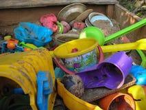 Jouets abandonnés d'enfants Image stock