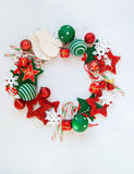 Jouets blancs rouges de vacances de guirlande de Joyeux Noël Photos stock