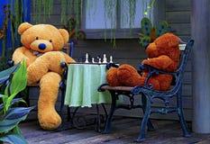 Jouets bourrés deux ours de nounours jouant des échecs Photographie stock