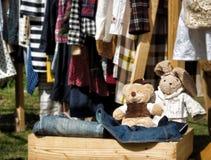 Jouets bourrés faits main dans la boîte en bois à la vente de bric-à-brac photographie stock