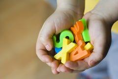 Jouets chez des mains des enfants image libre de droits