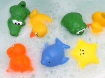 Jouets colorés de bain Photographie stock libre de droits