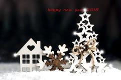 Jouets décoratifs de Noël faits de bois, flocon de neige, sapin, maison Photographie stock libre de droits