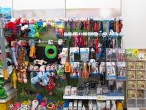 Jouets d'animal familier dans un magasin d'animal familier. Photos stock