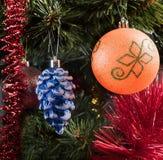 Jouets d'arbre de Noël sur une branche Images libres de droits