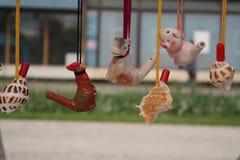 Jouets d'argile à la foire rustique photos stock