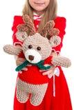 Jouets d'Eco, le jouet mou de cerfs communs dans les mains de filles de Noël sur le fond blanc images stock