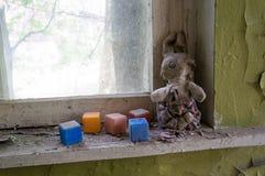 Jouets d'enfants dans le jardin d'enfants de Chernobyl Photos stock
