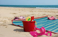 Jouets d'enfants sur la plage tropicale Photos stock