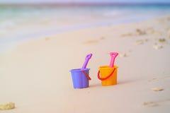 Jouets d'enfants sur la plage tropicale de sable photo libre de droits
