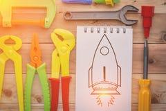 Jouets d'outils de travail et note de papier Photos stock