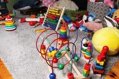 jouets dans la chambre d'enfants sur le plancher Photos stock