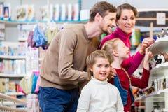 Jouets de achat de famille dans le magasin de jouet photographie stock
