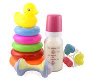 Jouets de bébé et bouteille à lait d'isolement Photographie stock