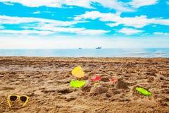 Jouets de bébé sur la plage Image stock