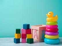 Jouets de bébé sur la table en bois images libres de droits