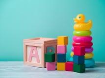 Jouets de bébé sur la table en bois images stock