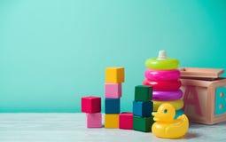 Jouets de bébé sur la table en bois photographie stock libre de droits
