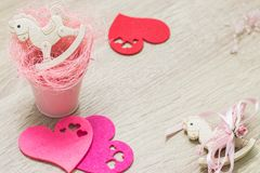 2 jouets de basculage de poneys dans la petite configuration rose d'appartement de coeurs de seau et de feutre Vue supérieure Cop photo libre de droits
