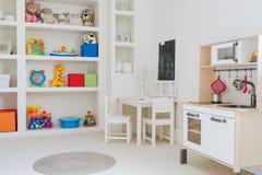 Jouets de beauté dans la chambre d'enfant photos libres de droits