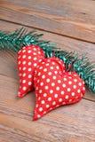 Jouets de coeur sur une table en bois Image stock