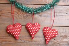 Jouets de coeur sur une table en bois Photo libre de droits
