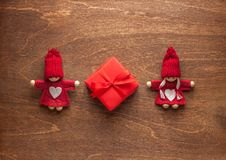 Jouets de couples d'amour et cadeau rouge Image stock