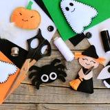 Jouets de feutre le dégagement de décor de maison de Halloween Sorcière de feutre avec le balai, chef de potiron, fantôme, araign photo stock