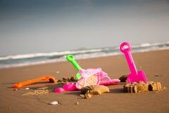 Jouets de gosses sur la plage Photo libre de droits