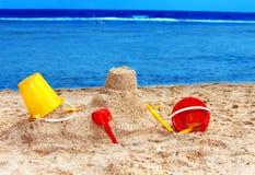 Jouets de gosses sur la plage de sable. Images stock