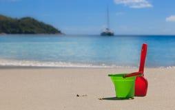 Jouets de gosses sur la plage de sable Photos stock