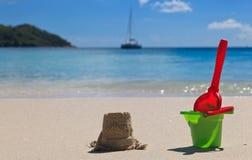 Jouets de gosses sur la plage de sable Photo stock