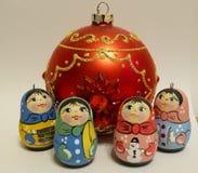 Jouets de la nouvelle année s, petites poupées russes, boule en verre rouge images stock