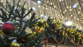 Jouets de Noël accrochant sur les branches du sapin Décoration de fête de la ville banque de vidéos