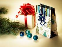 Jouets de Noël ainsi que des cadeaux Photographie stock libre de droits