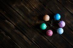 Jouets de Noël - boules multicolores de Noël sur une obscurité images stock