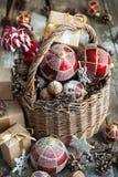 Jouets de Noël de Brights avec des cadeaux Type de cru image stock