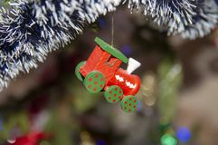 Jouets de Noël sur l'arbre image stock