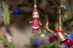Jouets de Noël sur l'arbre photographie stock