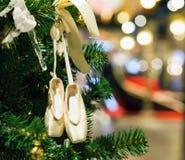Jouets de Noël sur l'arbre photos stock
