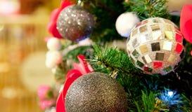 Jouets de Noël sur l'arbre image libre de droits