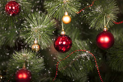 Jouets de Noël sur un arbre de Noël Image libre de droits